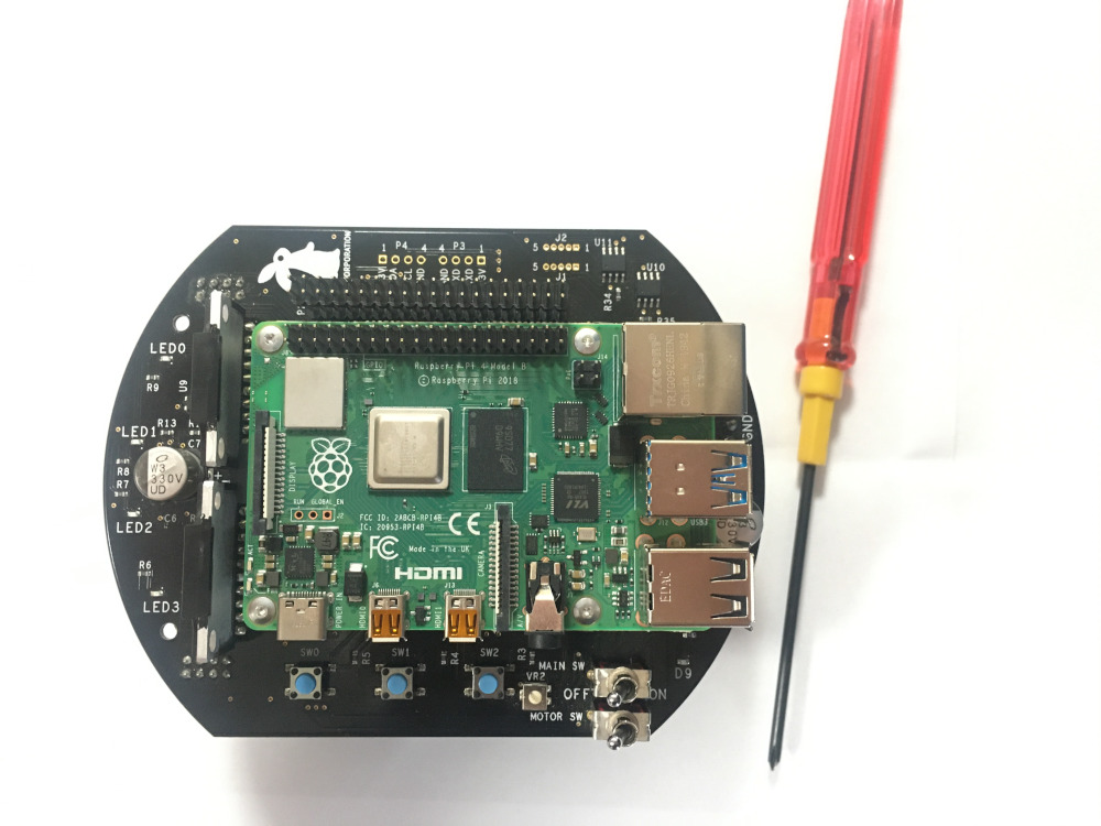 Raspberry Pi をラズパイマウスに搭載し、固定用のネジも締める