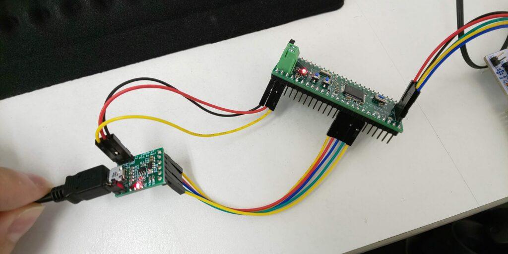 汎用機版とUSB OTG基板を接続し、USB OTG基板のUSB microAコネクタに、microUSBケーブルを指す