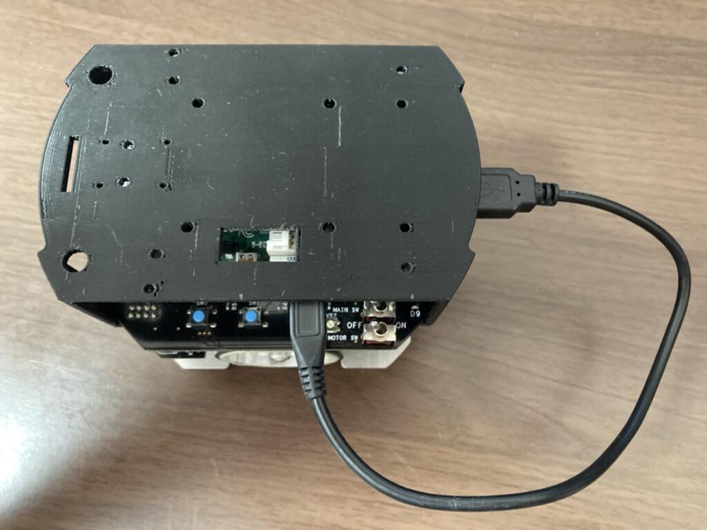 micro-USBケーブルを接続する