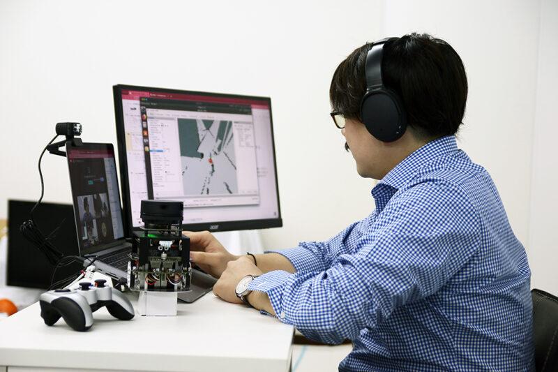 オンラインセミナー実施のイメージ(ロボットは実際に使われるものと同じではありません)